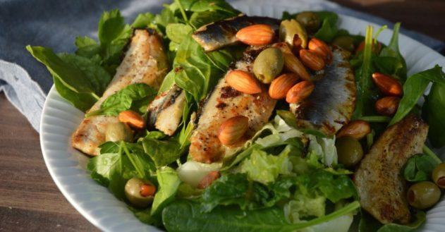 Salat med stegte sild, oliven og udblødte mandler