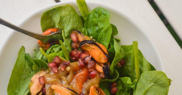 Muslinger med spinat, granatæble & grillet peberfrugt