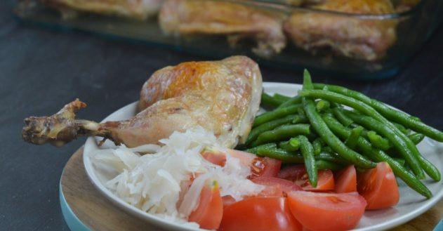 Ristede kyllingelår med grønne bønner, tomat og surkål