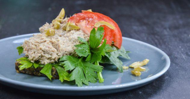 Sardinsalat på stenalder-brød