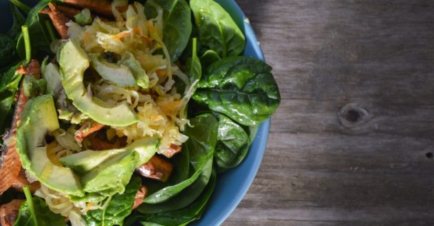 Salat med makrel, surkål og avokado