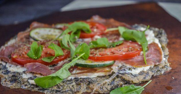 Pizza af dampet skvalderkål og hørfrømel