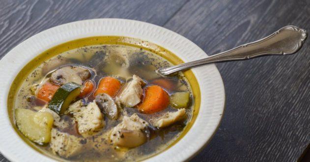 Kyllingesuppe med svampe og brændenælder