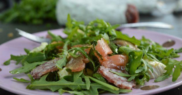 Frisk rucola med rå laks og italiensk salami