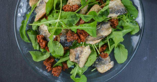 Rucola med røget sild og super-nem tomat pesto