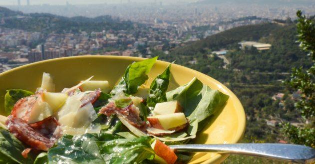 Salat med æble, spegepølse og hård ost