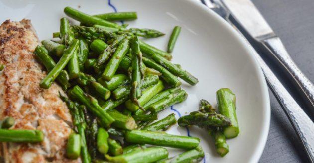 Stegt makrel og friske grønne asparges