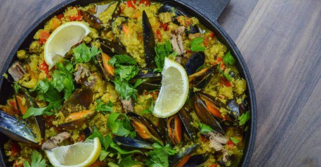 Paella uden ris med muslinger og kipppers