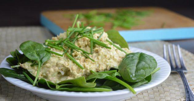 Laksesalat med avokado, æg og frisk purløg
