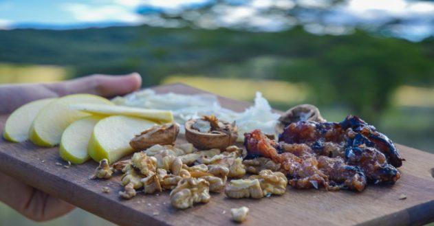 Snack: Figner, valnødder, ost og æble